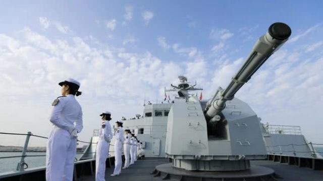 """中国国产2万吨巨舰直接开进国际防务展 上演霸气""""卖家秀"""""""