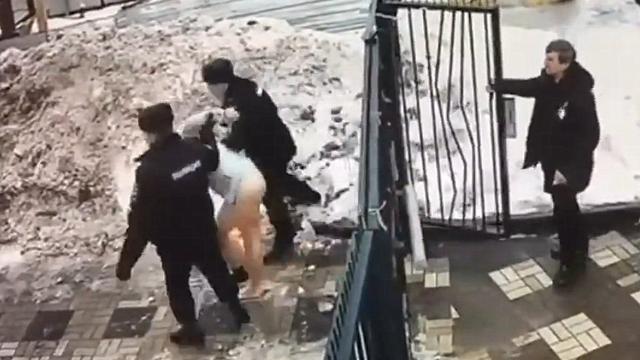 来不及穿裤子!监拍:俄罗斯男子侵犯女学生被警察逮捕