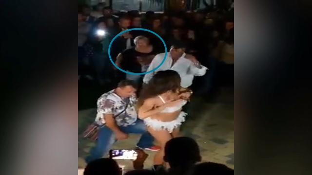 男子紧贴比基尼姑娘热舞 老婆突然背后出现:3秒7耳光!