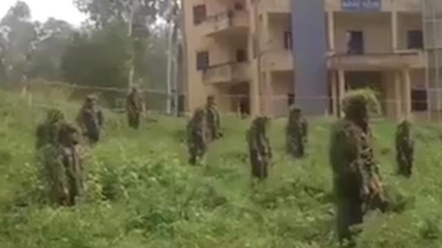 越南特种部队表演一片草地如何能藏数十人 网友:上世纪水平