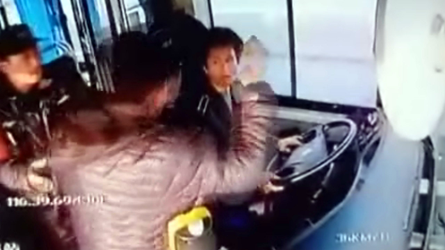 北京一公交车司机行车中遭醉酒男子殴打!车内监控视频曝光