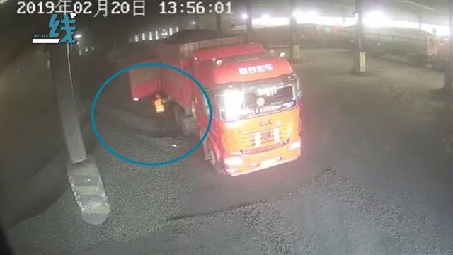 """卡车司机被自己拉的货""""活埋"""" 惊险瞬间曝光"""