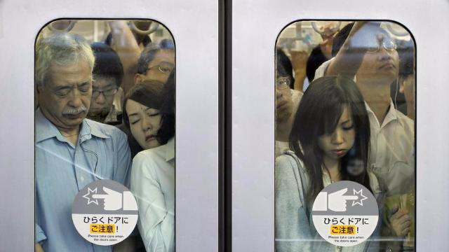 """在日本坐地铁,完全就是在""""打仗"""",看完后女孩子还敢去吗"""