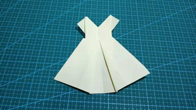 连衣裙叠法步骤图片