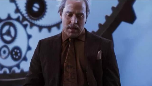 男子不听劝阻,发明时间机器去见死去的父亲,不想回来时已老去