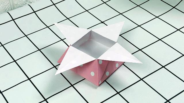 非常简单的折纸收纳盒,步骤非常简单,当作装饰也很不错!
