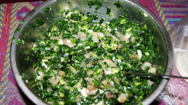 包韭菜馅儿饺子时,只要学会这一步,韭菜不出水,饺子汁水多多