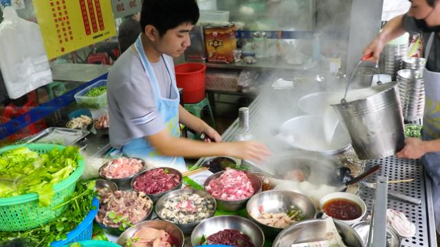 早上6点就来一碗猪杂粥!广东20年小吃店,一桌猪肝、猪肺不够