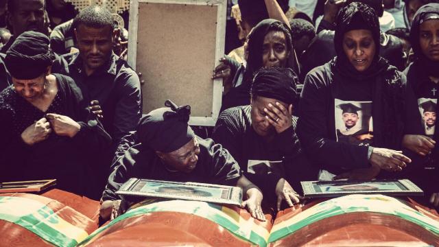 埃塞空难157名遇难者集体葬礼举行 遇难者亲属扶棺痛哭