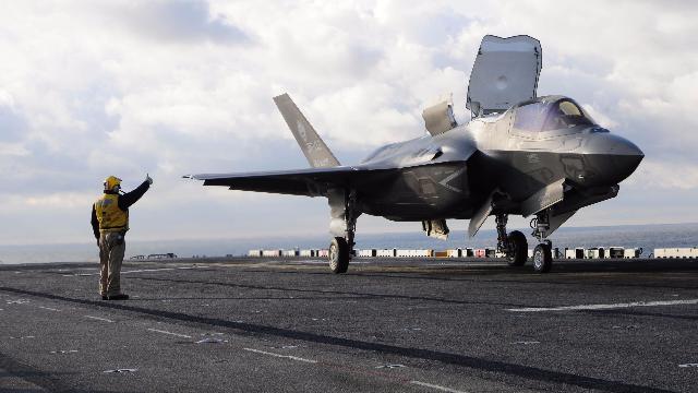 美军F-35B首次实战部署两栖攻击舰,日本:我们的航母有希望