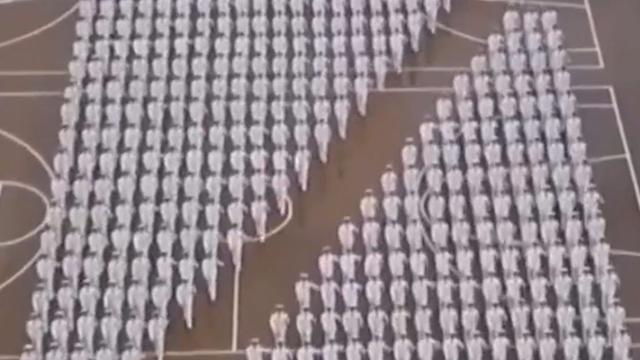威武霸气!中国海军女兵变换队形 画面极度舒适