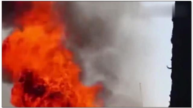 实拍消防员从屋顶跌入火海,场面瞬间冒起大火.