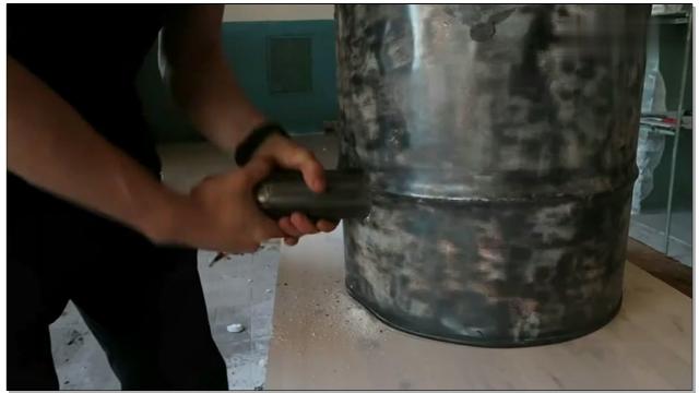 汽油桶制作的冶炼炉,半小时就能把废铁烧成铁水,就是有个缺点