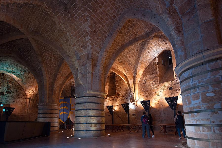 这一处有着粗大圆柱的大厅,因为出土了不少餐盘,刀叉文物,所以推测