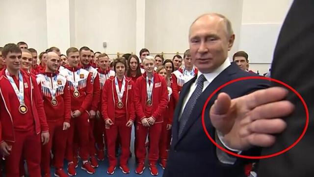 尴尬!壮保镖不小心挡住镜头被普京推开:小伙,你比运动员还壮