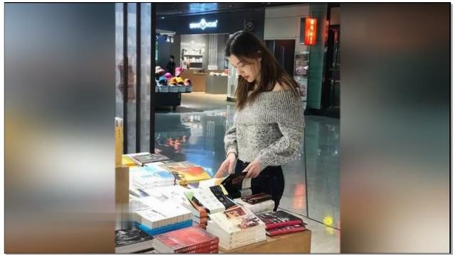 葛天装扮休闲逛书店选读物 网友:学霸上线
