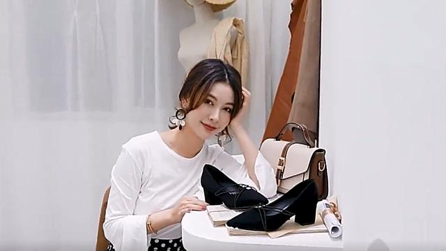 美女脚模的日常:性感的职场高跟鞋,提升自信又迷人!