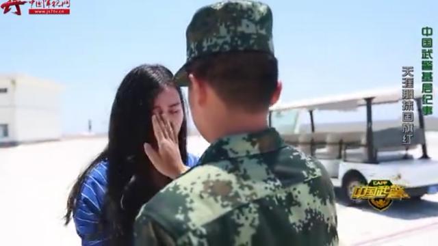 海警官兵踏上新航程 惊喜收到女友送花