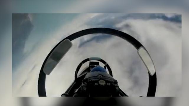 """第一视角实拍解放军战机""""空中对抗""""!飞机空中旋转飞行天地颠倒"""