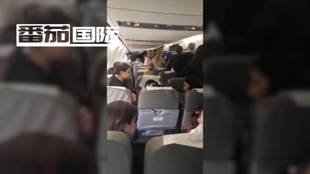 波音737客机引擎着火 3名乘客站机翼上准备跳下