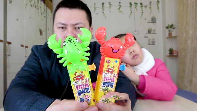 """父女亲子试玩食玩""""螃蟹"""",大神和桐桐的两只螃蟹打起来了。"""