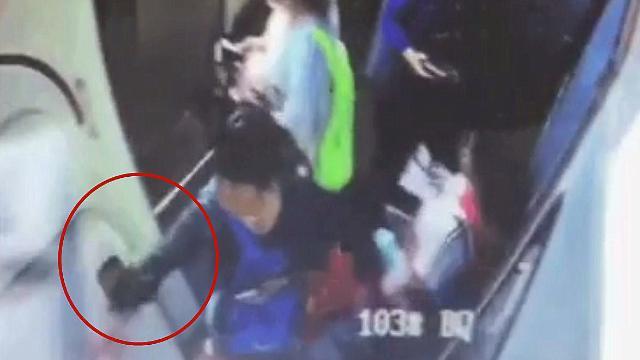 监拍:旅客为祈福向飞机下投掷硬币致航班延误 已被拘留