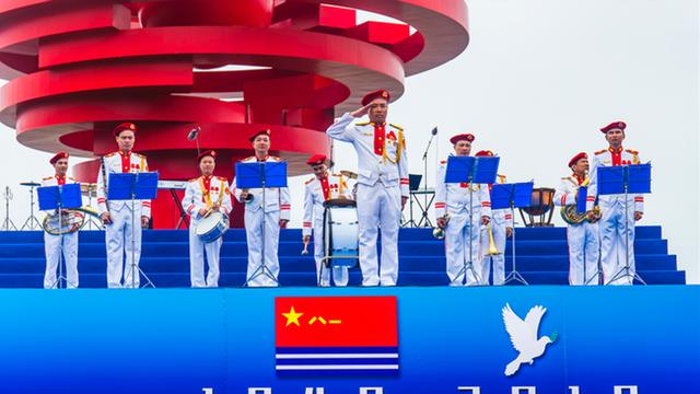 越南史上最艳丽军乐队青岛为人民海军庆生 红色贝雷帽抢眼出镜