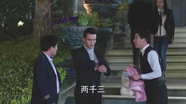 厉微微喝醉,陈亦度无奈带她回自己家,霍骁还是来晚了一步