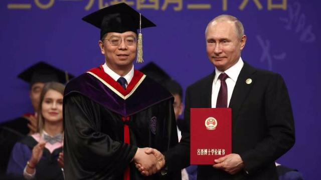 清华校长为普京颁发名誉博士学位证书 普金本人这样说