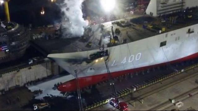 航拍:土耳其第一艘在建航空母舰发生火灾 现场船头冒出白烟