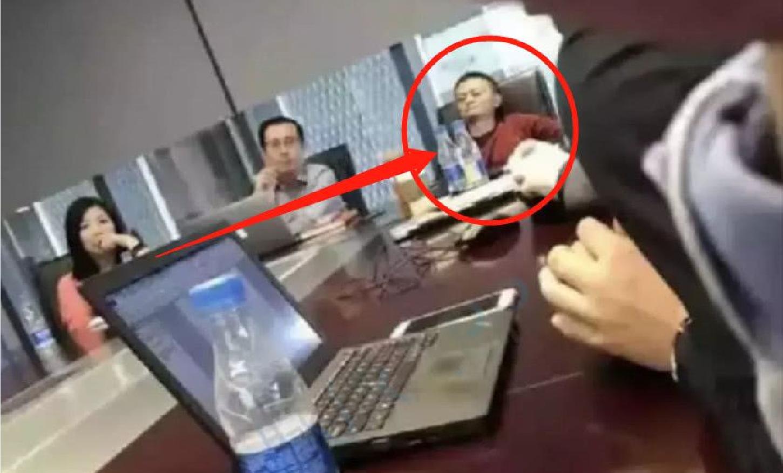 马云开会时被员工偷拍,坐姿真是太毁形象,网友:一首凉凉送给你