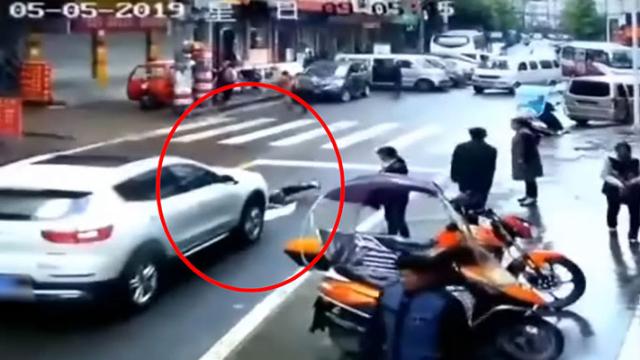 四川一越野車撞倒行人 倒車后突然加速并直接從傷者身上壓過