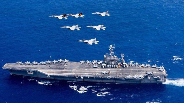 大战一触即发?美航母轰炸机前往中东,伊朗50艘军舰出海部署
