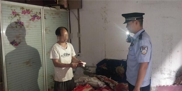 """贵州平坝,一个现金被""""偷""""的人?原来,这名男子喝酒后记错了放钱的地方。 马平坝男子戒毒所"""