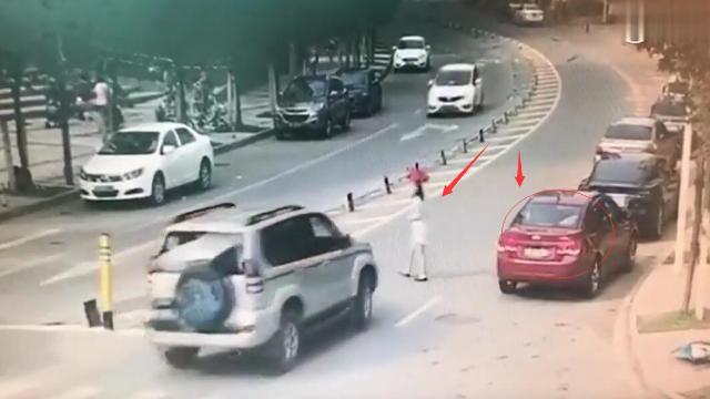 车不让人,人不让车,任性女子横死街头!