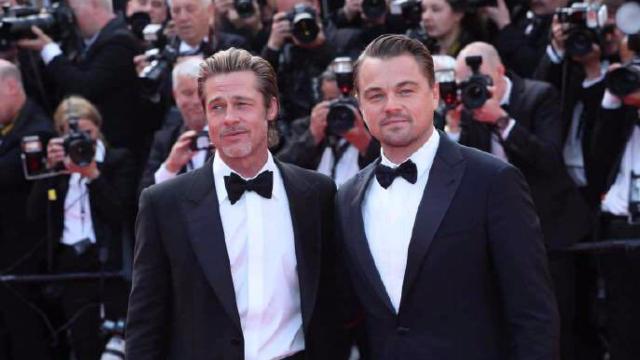 《好莱坞往事》主创亮相戛纳红毯 两大男神拥抱同框