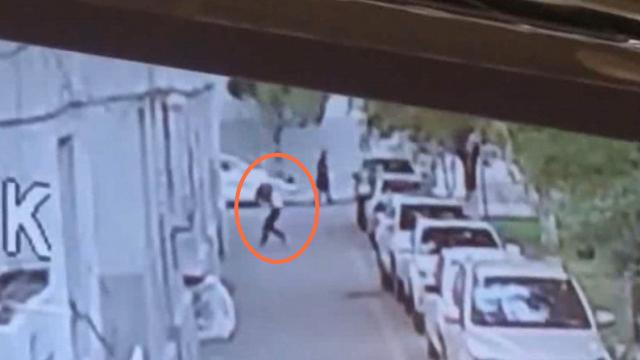 监拍:新疆伊宁2岁男童从5楼坠落 28岁小伙疾步上前接住男童