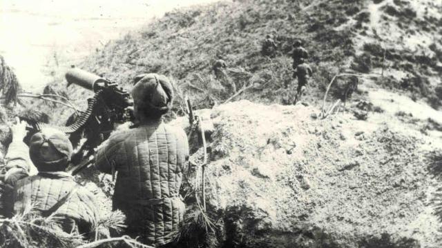 美军三所里遭阻击乱作一团 师长在前线找不到一个指挥官