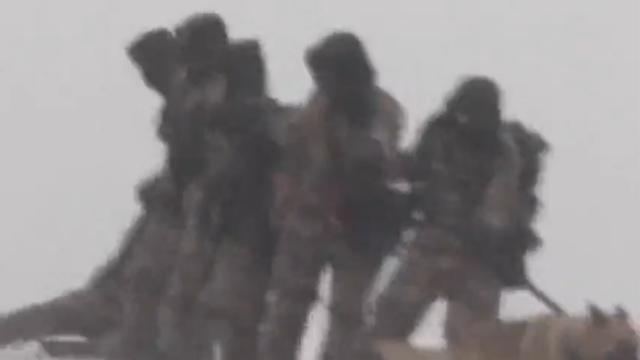 现场:阿拉山口风雪强劲难以行走 边防战士手牵手巡逻让人心疼