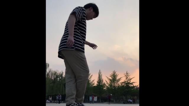 广场滑板花式玩法