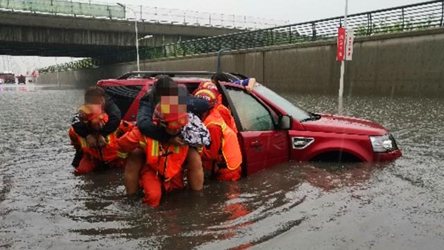 路虎被困积水 车上4女子拒绝开门让消防员把车推走 怕车子进水