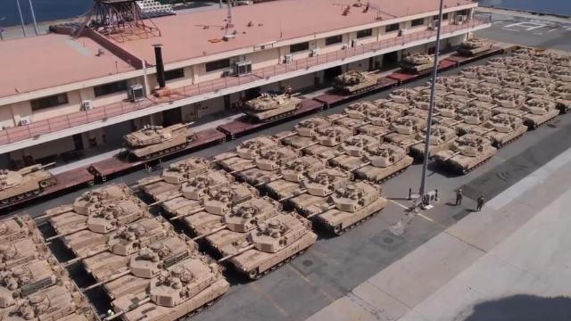 """钢铁洪流!美军坦克密集摆满韩国码头:所属部队曾被中国""""胖揍"""