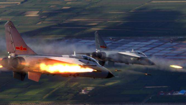 """海军""""飞豹""""战机穿过云层俯冲开火 火箭弹""""点穴式""""命中目标"""