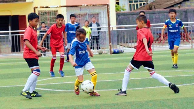 语文老师大山支教14年,竟带出冠军足球队,马云都为他颁奖