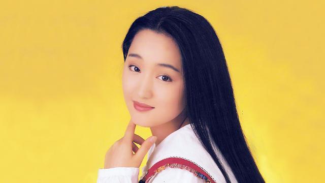杨钰莹早年新加坡现场版《香客》,92年的玉女清纯得像朵栀子花