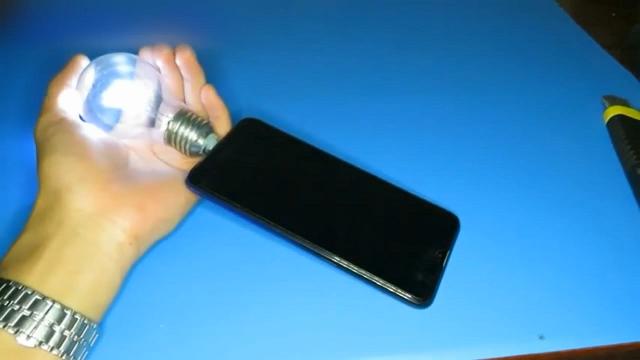灯泡稍微改造一下,连上智能手机能当应急灯,脑洞大开!