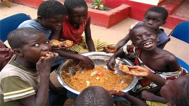 """中国人""""吃腻""""的方便面,在非洲却是""""权利""""和""""地位""""的象征!"""