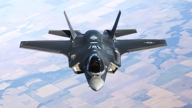 美国空军KC-10空中加油机为F-35A战斗机进行燃料补给