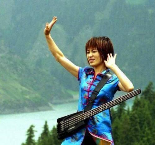 她被誉为中国女性摇滚第一人,曾五次上春晚,如今51岁变成这样了