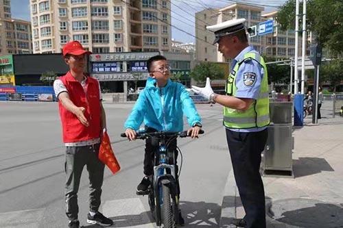 甘肃定西: 违法驾驶员变身文明劝导员